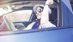 femme qui conduit son véhicule