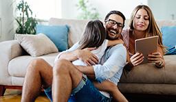 un moment en famille, un père et ses deux filles