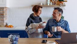 couple qui se renseigne pour la retraite sur un PC