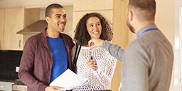 couple qui reçoit les clés de son nouveau logement