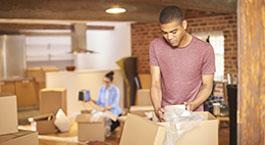jeune homme qui fait des cartons pour un déménagement