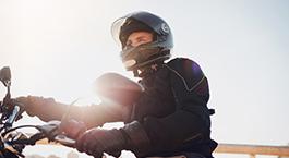 homme qui conduit une moto