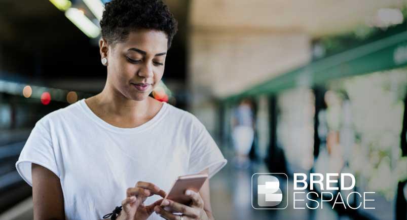 une jeune femme qui est sur son smartphone