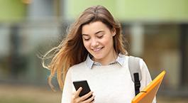 jeune étudiante qui utilise son portable