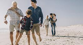 une famille qui jouent sur la plage