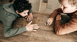 deux enfants qui comptent leur argent