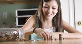 une fille qui compte son argent