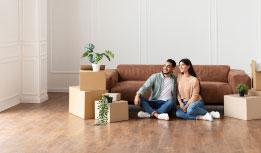 un couple qui observe une télévision dans un magasin
