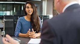 un conseiller renseigne une cliente sur ses placements