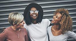 trois amies qui sont heureuses