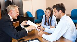 un conseiller renseigne des clients sur le prêt à taux zéro