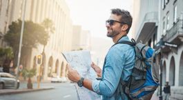 un homme avec une carte et un sac de voyage
