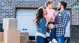 une famille avec un enfant devant leur nouveau logement