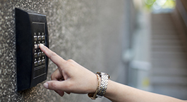 une main qui tape le code sur une alarme